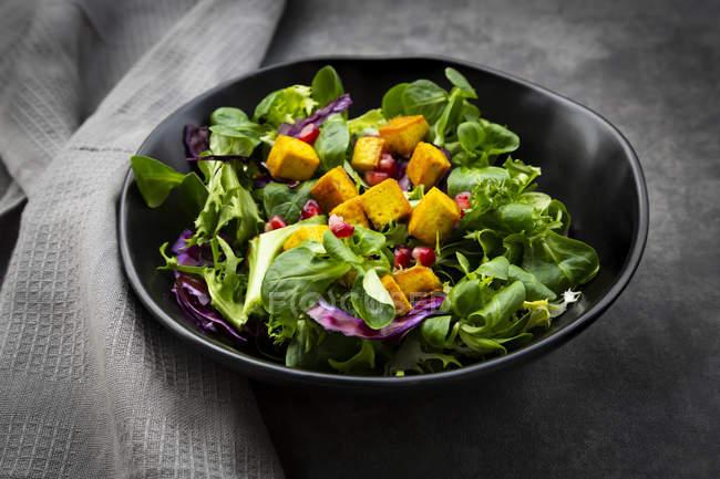 Змішаний салат з смаженою тофу, червоною капустою, гранатовим насінням і куркумакуркуа — стокове фото