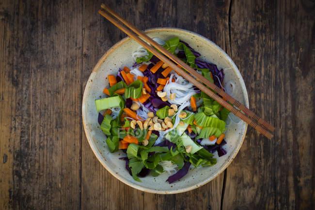 Salade de nouilles en verre avec pak choi, carotte, chou rouge et arachides, d'en haut — Photo de stock