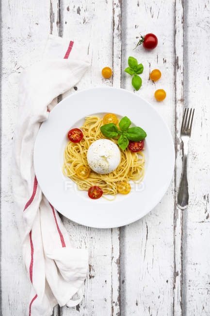 Спагетті з томатами, Буррата та листям Василя — стокове фото