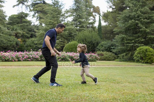 Отец и сын играют вместе в парке — стоковое фото