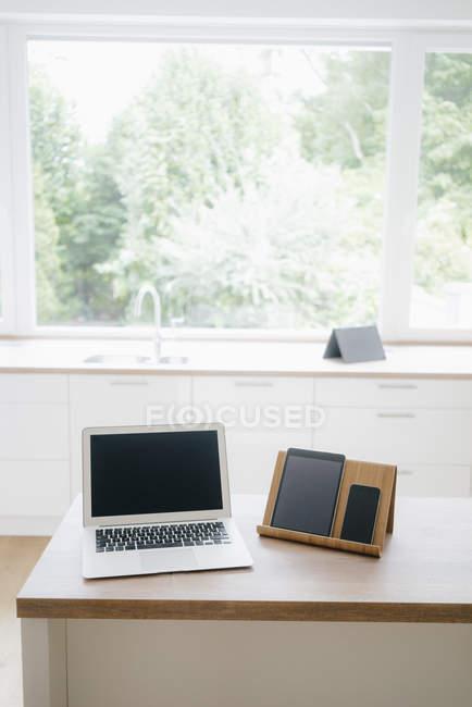 Dispositivi digitali su un blocco di cucina — Foto stock