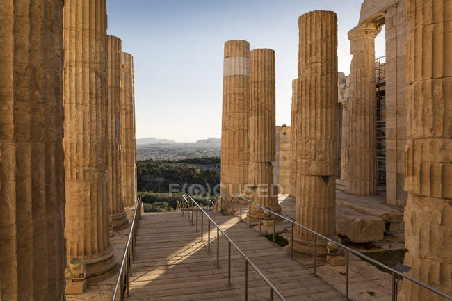 Greece, Athens, Acropolis, view through Propylaea on the city — Foto stock