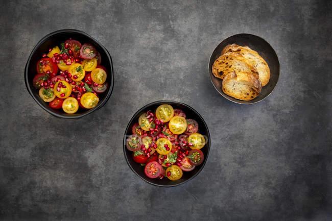 Ensalada de tomate oriental con semillas de granada y menta - foto de stock