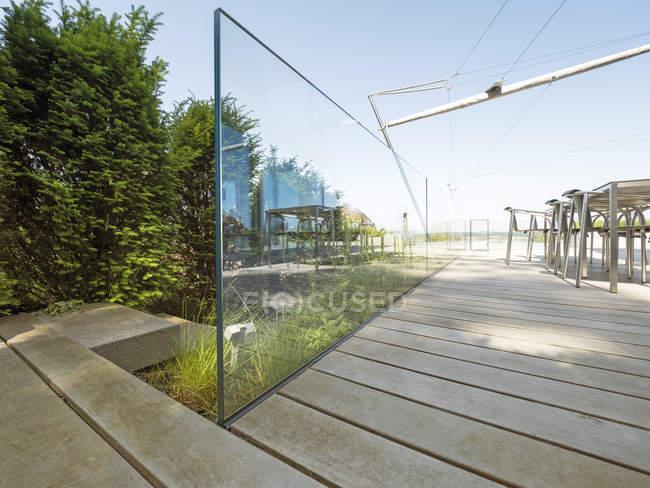 Extérieur d'une villa moderne à la journée — Photo de stock