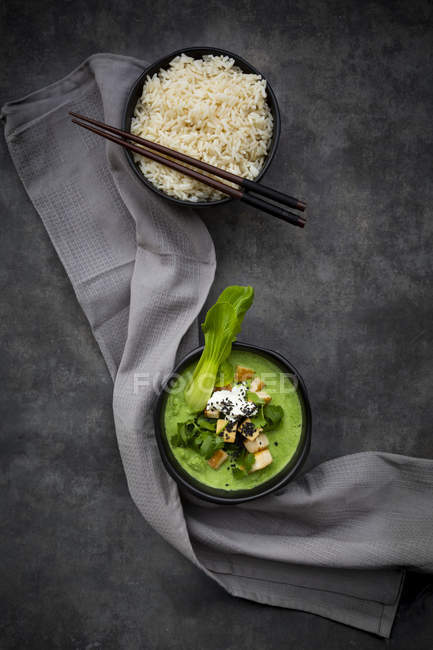 Green thai curry with spinach, pak choi, tofu, sour cream, black sesame and jasmine rice — Stock Photo