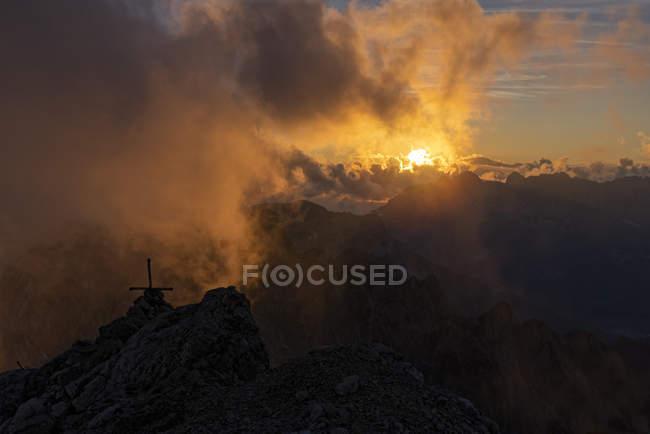 Італія, Венето, Доломітові Альпи, Альта Віа Бепі Зак, захід сонця на саміті в Кобелбеті — стокове фото