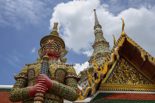 Thailand, Bangkok, sculpture of demon at royal palace Wat Phra Kaew — Stock Photo