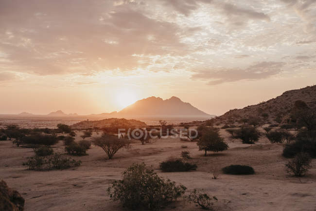 Namíbia, Spitzkoppe, paisagem do deserto no por do sol — Fotografia de Stock