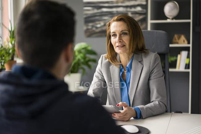 Femme d'affaires conseiller adolescent dans son bureau — Photo de stock