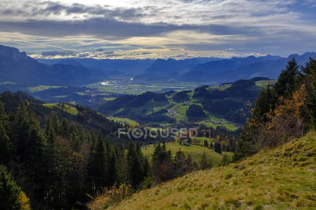 Allemagne, Bavière, Haute-Bavière, Chiemgau, vallée de Sachrang, près de Sachrang, Vue de Karspitze à Inn Valley — Photo de stock