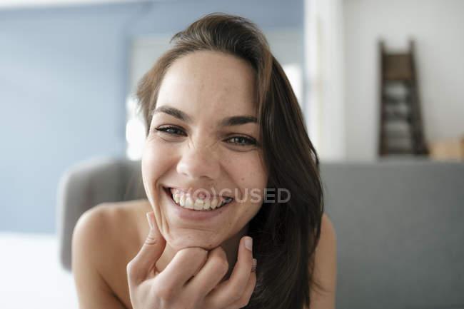 Ritratto di una bella donna con le spalle nude, sorridente — Foto stock