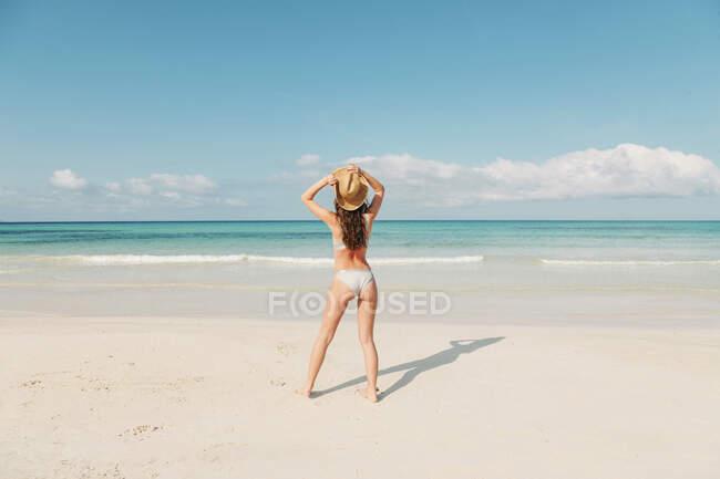 Spagna, Maiorca, Retrovisore di una giovane donna in vacanza in spiaggia — Foto stock