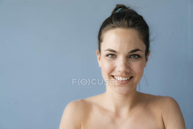 Portrait of a pretty woman with bare shoulders — Stock Photo