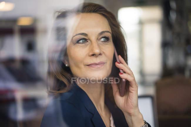 Зрелая деловая женщина разговаривает по телефону — стоковое фото