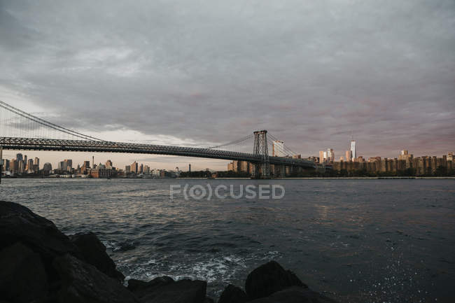 Usa, new york, new york city, blick auf brooklyn und manhattan bridge im Morgenlicht — Stockfoto