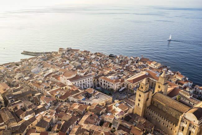 Sicília, Cefalu, vista à cidade velha de Cefalu, Catedral de Cefalu — Fotografia de Stock