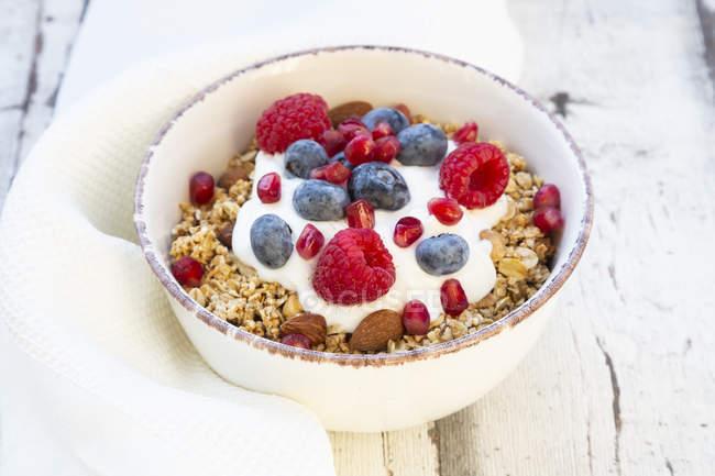 Чаша мюслі з грецьким йогуртом, вискочив Лобода, малини, чорниці і гранатового насіння — стокове фото