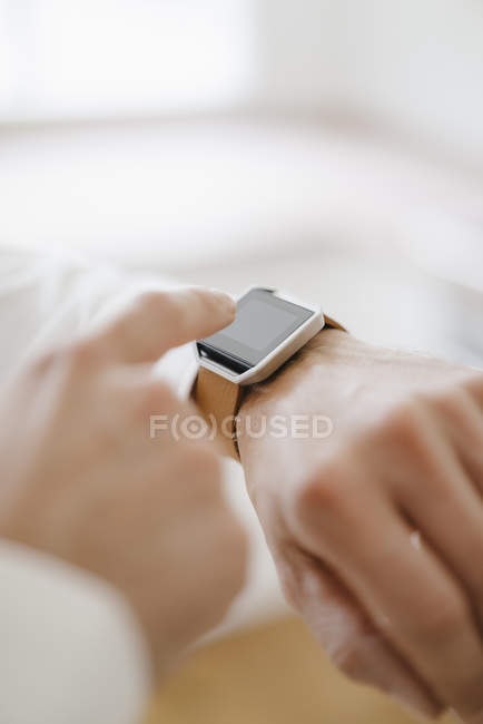 Mann zeigt auf seine Smartwatch — Stockfoto