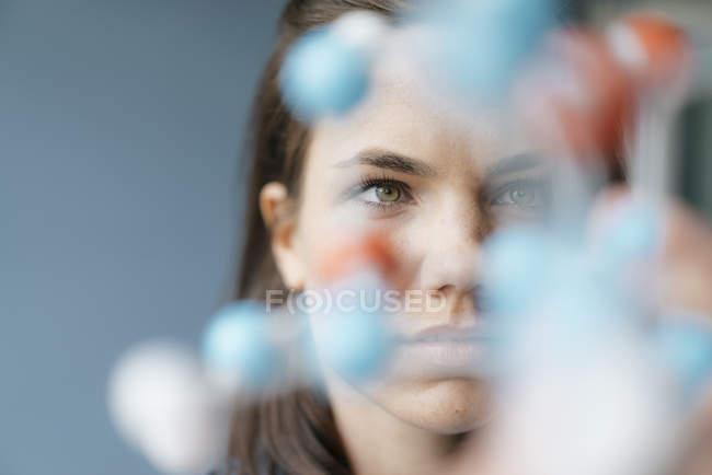 Scienziata che studia modello molecolare, alla ricerca di soluzioni — Foto stock