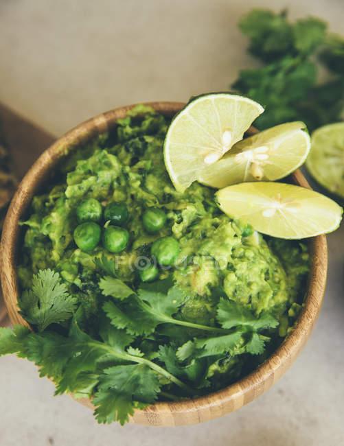 Ґуакомоль з горохом, авокадо, лаймом і кориандром. — стокове фото