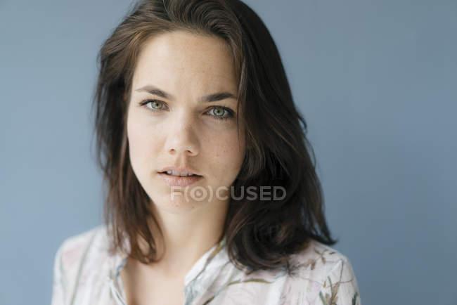 Портрет вродлива жінка — стокове фото
