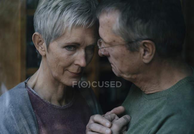 Старший мужчина утешает грустную жену — стоковое фото