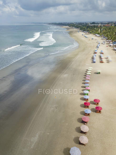 Bali, praia de Kuta, vista ao oceano e à praia de acima — Fotografia de Stock