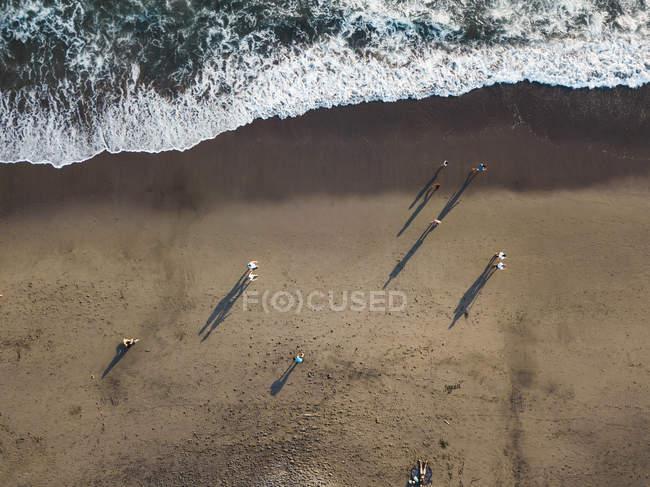 Indonesia, Bali, Veduta aerea delle persone sulla spiaggia di Batu Bolong — Foto stock