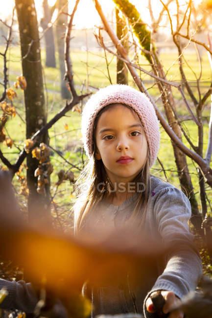Девочка в шерстяной шляпе осенью — стоковое фото