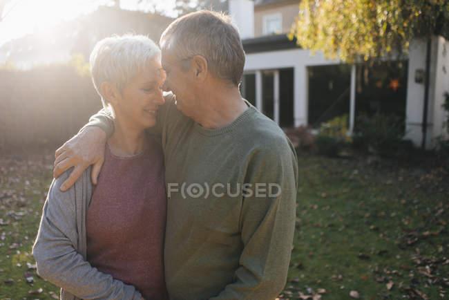 Liebevolles Senioren-Paar umarmt sich im Garten — Stockfoto