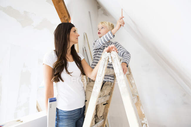 Mother and son working on loft conversion — Stock Photo