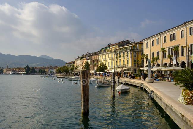 Italy, Lombardy, Lake Garda, Salo, waterfront promenade — Stock Photo