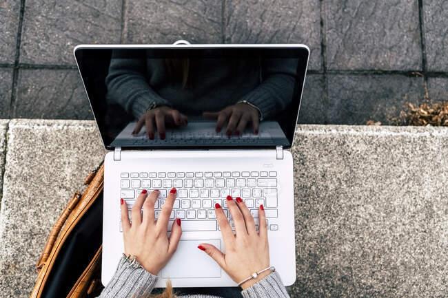 Жінка зблизька використовує ноутбук. — стокове фото