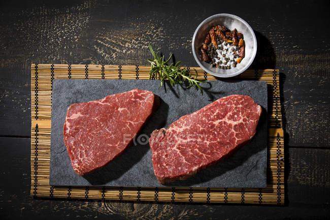 Сирі стейки і спеції — стокове фото