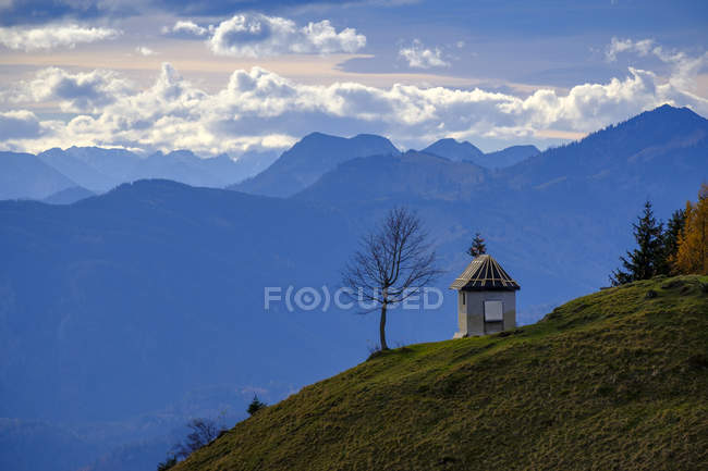 Allemagne, Bavière, Haute-Bavière, Chiemgau, Vallée de Sachrang, Sachrang, Chapelle au sommet de la montagne de Karspitze — Photo de stock