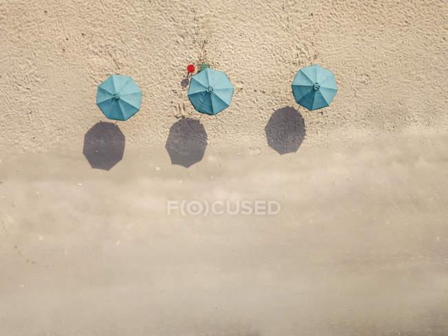 Балі, кута пляжу, три пляжні парасольки, вид з повітря — стокове фото