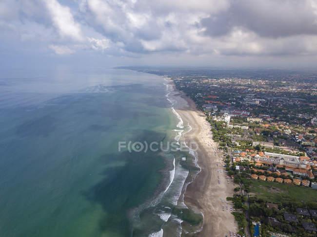 Bali, praia de Kuta, Oceano Índico e litoral, vista aérea — Fotografia de Stock