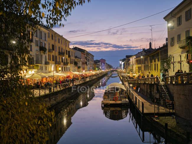 Італія, Мілан, Порта Нуова, Навільйо-Гранде в сутінках — стокове фото