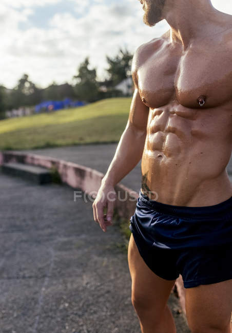 Mid-section of barechested muscular man outdoors — Stock Photo