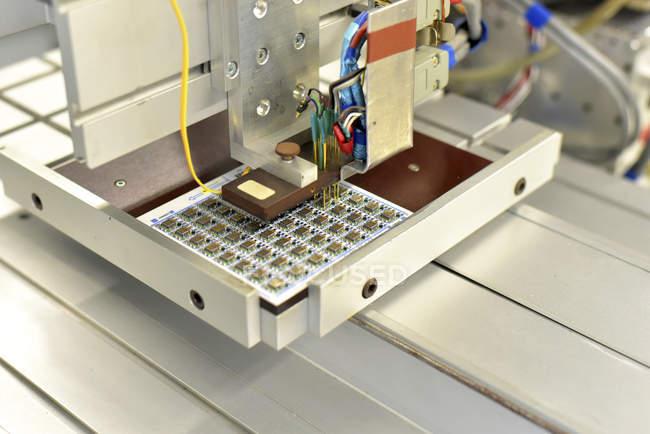Primer plano de la carga de placas de circuitos en una fábrica - foto de stock
