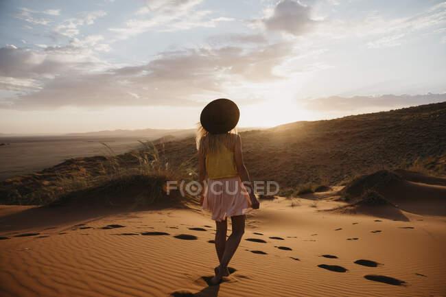 Namíbia, Namib deserto, Namib-Naukluft National Park, Sossusvlei, mulher andando na Duna Elim ao pôr do sol — Fotografia de Stock