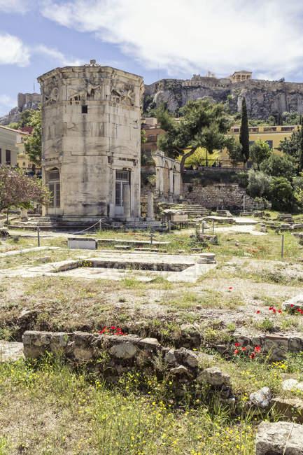 Grèce, Athènes, Agora romaine, Tour des vents avec Acropole en arrière-plan — Photo de stock