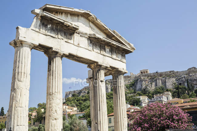 Greece, Athens, Roman Agora, Gate of Athena Archegetis with view to Acropolis — Foto stock