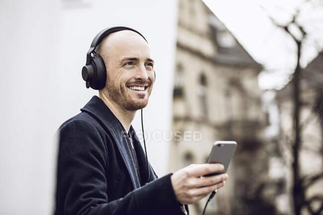 Homme portant des écouteurs, écouteur de musique — Photo de stock