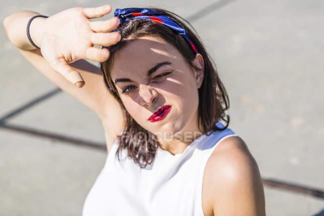 Ritratto di bella giovane donna che si protegge gli occhi — Foto stock