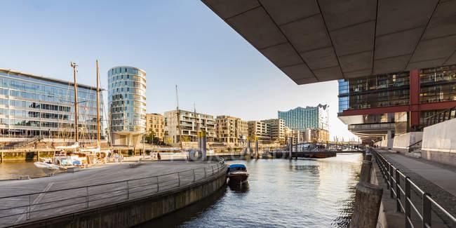 Germany, Hamburg, HafenCity, Sandtorhafen and modern residential houses — Stock Photo