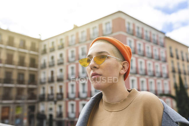 Thoughtful portrait of a young woman in the city — Stock Photo
