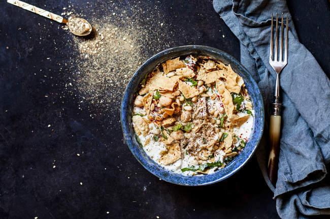 Fatteh de poulet, salade de poulet libanese aux pois chiches, jogurt, pain plat frit et za'atar — Photo de stock