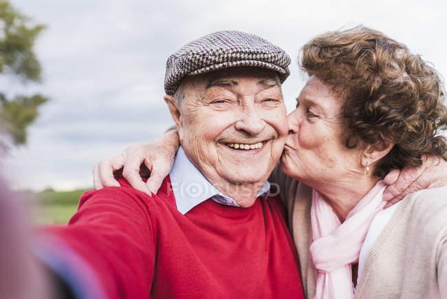 Селфи счастливой пожилой пары на улице — стоковое фото