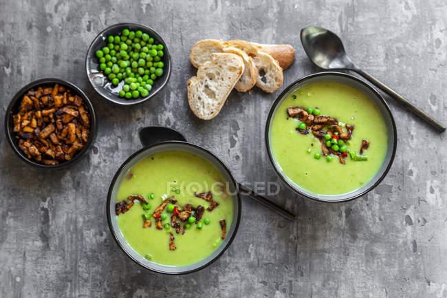 Bols de soupe aux pois avec tofu frit, piment rouge et oignons de printemps — Photo de stock